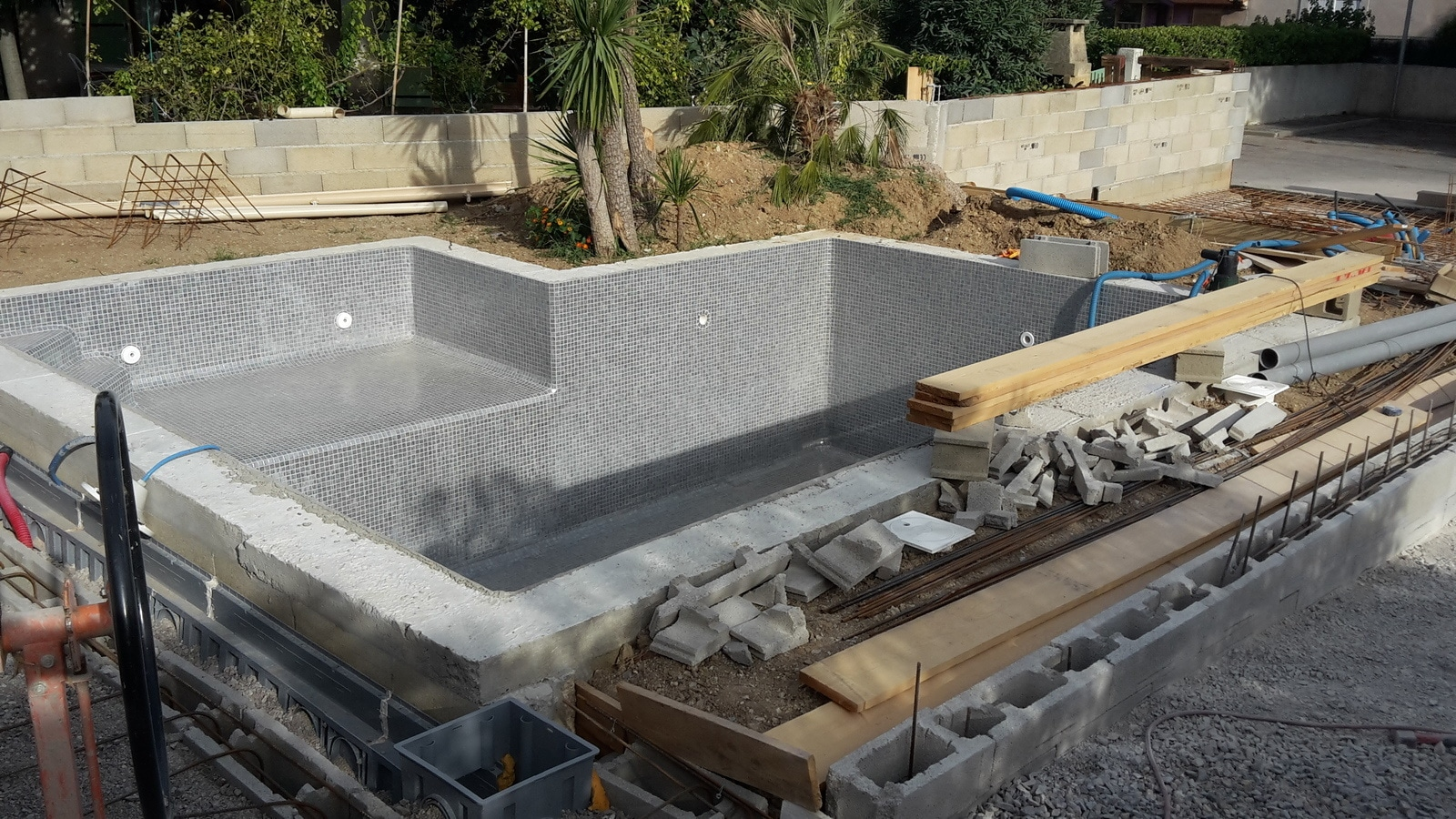 Comment construire une piscine les tapes constructives for Construire sa piscine en beton